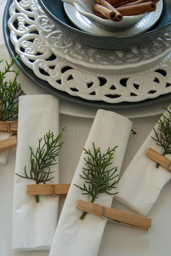 Voorbereidingen over het schikken van de lijst voor de wintervakantie De winterdecoratie royalty-vrije stock afbeelding