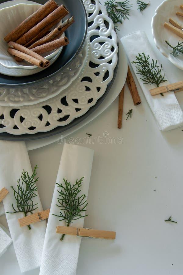 Voorbereidingen over het schikken van de lijst voor de wintervakantie De winterdecoratie royalty-vrije stock foto