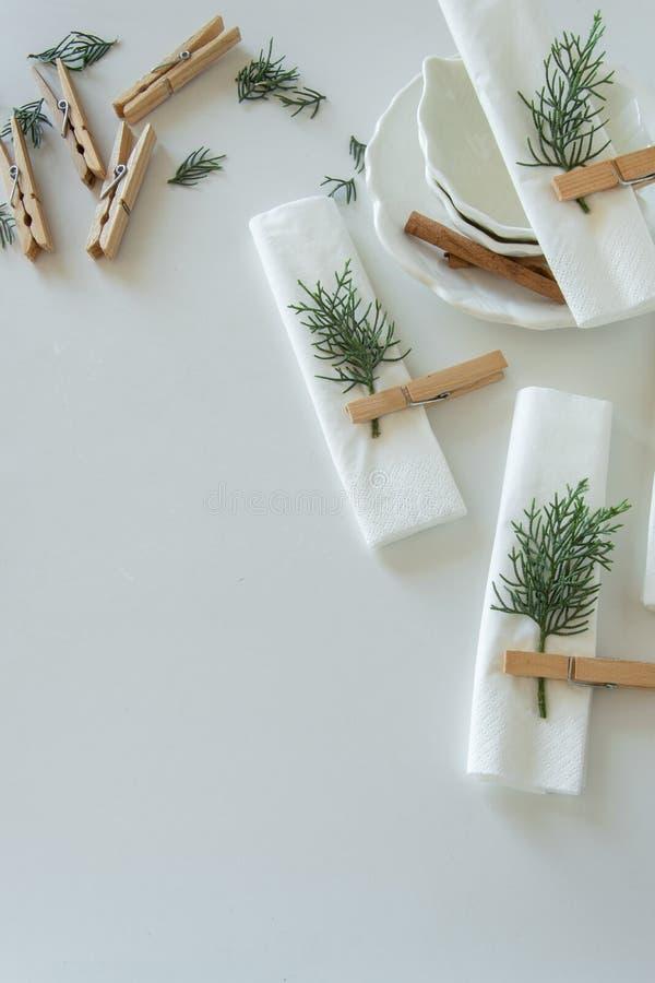 Voorbereidingen over het schikken van de lijst voor de wintervakantie De winterdecoratie stock fotografie