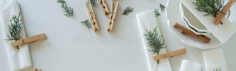 Voorbereidingen over het schikken van de lijst voor de wintervakantie De winterdecoratie stock foto's