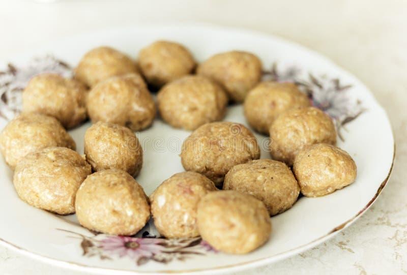 Voorbereidingen treffen, het koken, die vleesballetjes voor eigengemaakte gebraden gehaktkoteletten maken, traditionele Oekra?ens stock afbeeldingen