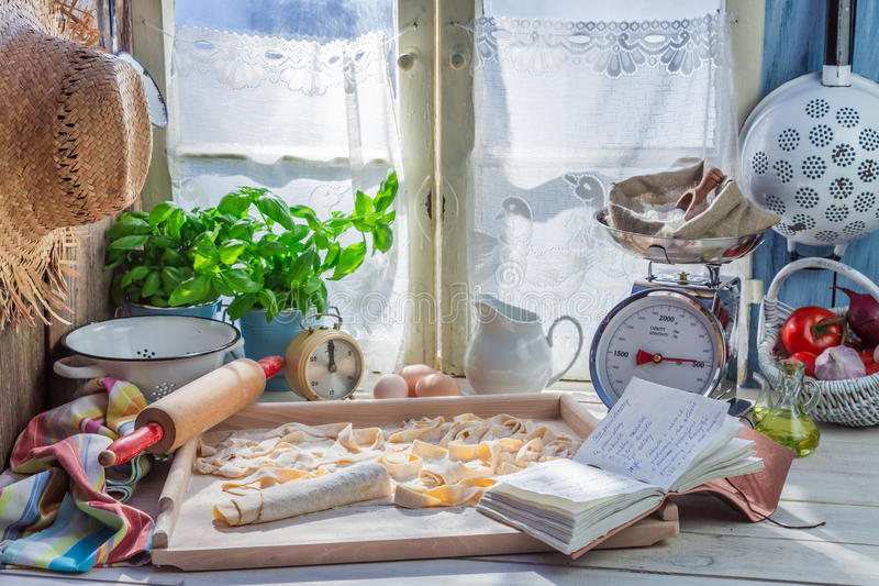 Voorbereidingen voor deegwaren in de rustieke keuken stock foto