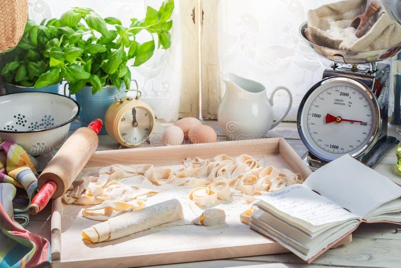 Voorbereidingen voor eigengemaakte die deegwaren van verse ingrediënten worden gemaakt stock foto's
