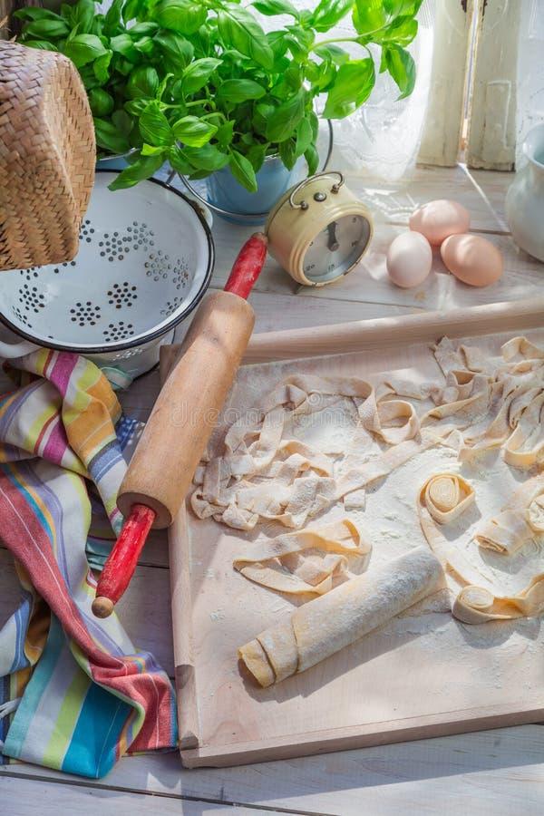 Voorbereidingen voor pappardelle in de rustieke keuken royalty-vrije stock afbeelding