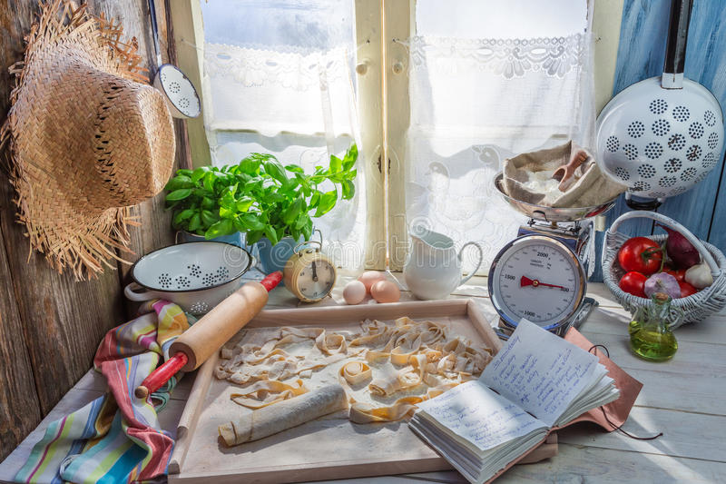 Voorbereidingen voor tagliatelle in de rustieke keuken stock fotografie