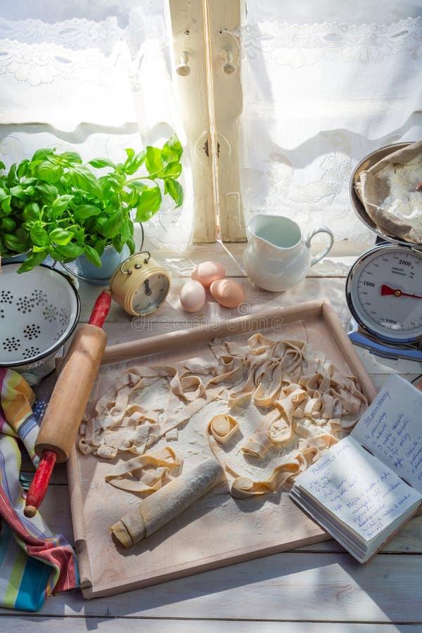 Voorbereidingen voor tagliatelle in de zonnige keuken royalty-vrije stock afbeeldingen