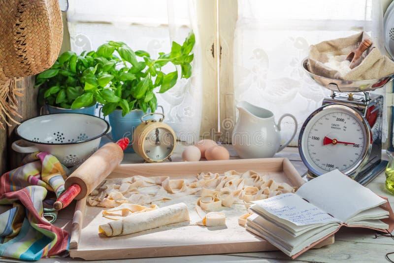 Voorbereidingen voor tagliatelle van verse ingrediënten worden gemaakt dat stock foto