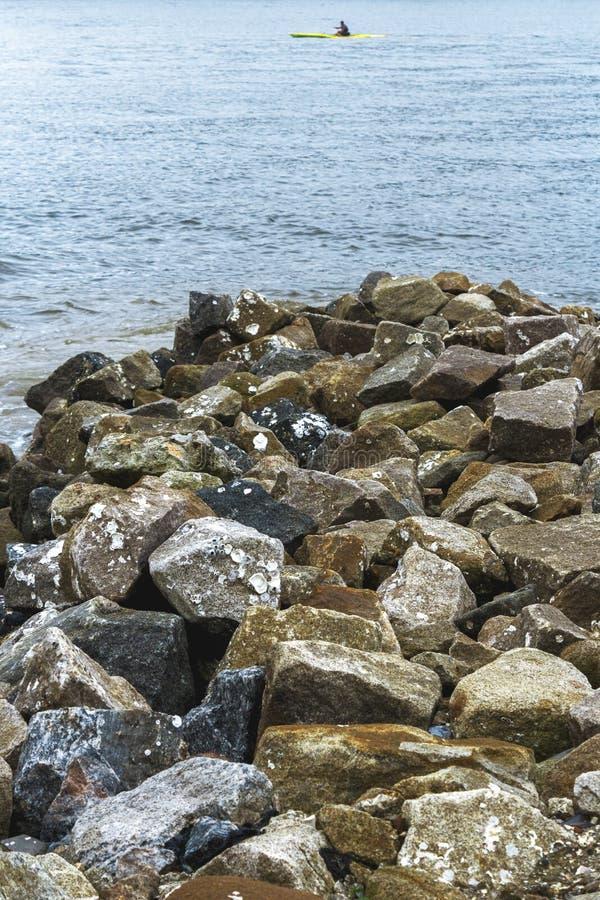Voorbij de rotsen, voorbij het overzees royalty-vrije stock foto