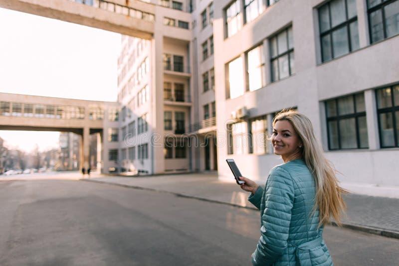 Voorbijgangerbespreking op telefoon in stad op straat royalty-vrije stock foto