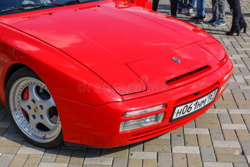 Voordeel van de rode sportwagen Porsche 944 bij het city's Retro Car Show royalty-vrije stock afbeeldingen