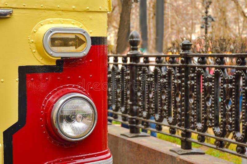 Voordeel van een rood-gele tram, de dichte omhooggaande, zeldzame tram van de tramlamp royalty-vrije stock fotografie