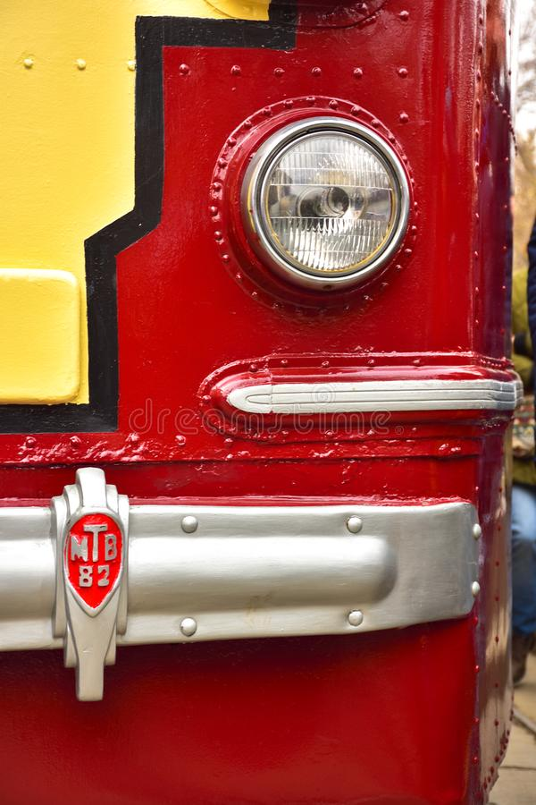 Voordeel van een rood-gele tram, de dichte omhooggaande, zeldzame tram van de tramlamp stock fotografie