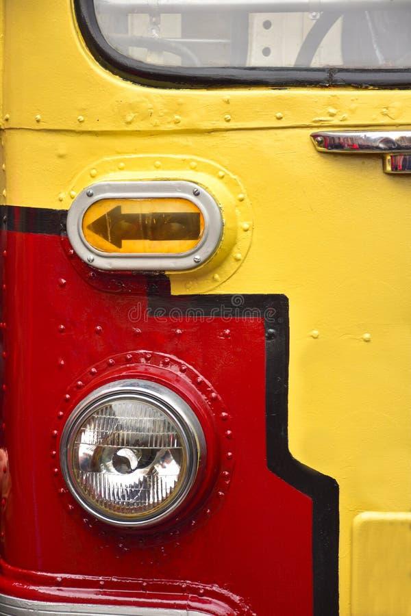 Voordeel van een rood-gele tram, de dichte omhooggaande, zeldzame tram van de tramlamp stock foto's