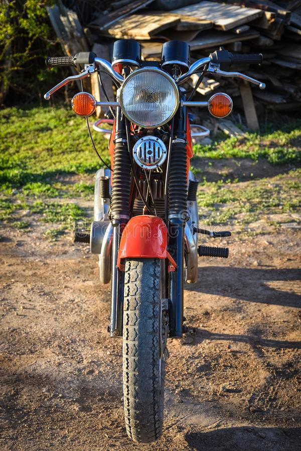 Voordeel van een uitstekende motorfiets, rode fiets stock fotografie