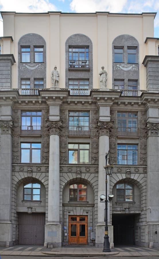 Voordelig huis van Soloveychik met kolommen en standbeelden in Heilige Petersburg, Rusland royalty-vrije stock afbeeldingen