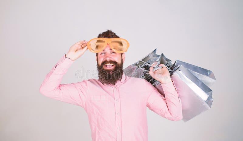 Voordelige overeenkomst Hoe te voor uw volgende vakantie klaar te worden Mensen gebaarde hipster met partij het winkelen zakken H stock foto
