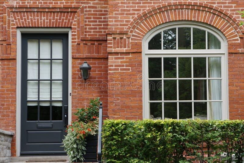Voordeur en venster oud huis stock foto's