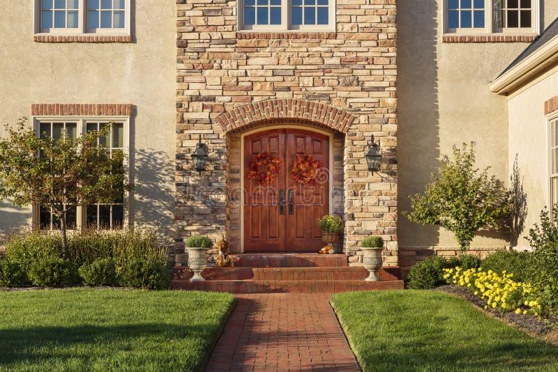 Voordeur, horizontale mening van voordeur met het mooie modelleren stock afbeelding