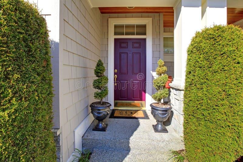 Voordeur in purpere pruimkleur royalty-vrije stock afbeelding