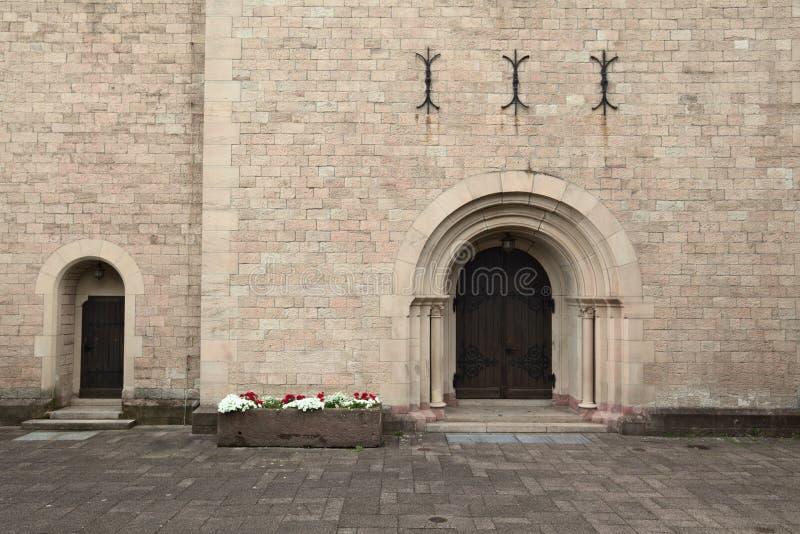 Voordeur van de kerk van St Anna in Sulzbach, Gaggenau, Duitsland royalty-vrije stock foto