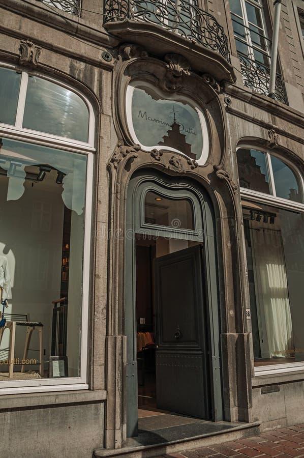 Voordeur van een Art Nouveau-gebouw in een straat van Brugge stock foto