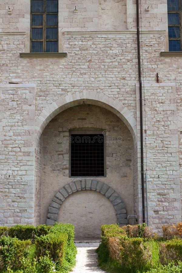 Voordeur van een gebouw in het centrum van Gubbio royalty-vrije stock foto