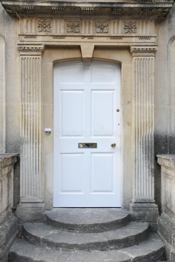 Voordeur van een Oud Engels Rijtjeshuis stock fotografie