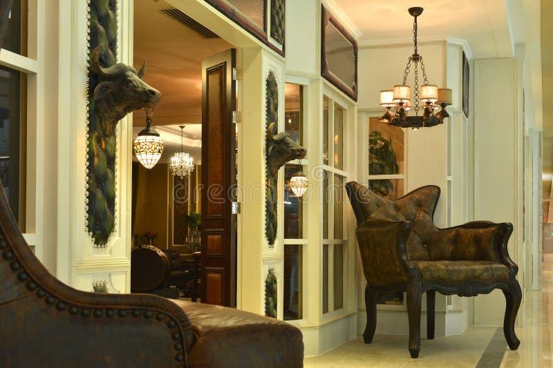 Voordeur van luxevilla bij nacht stock foto