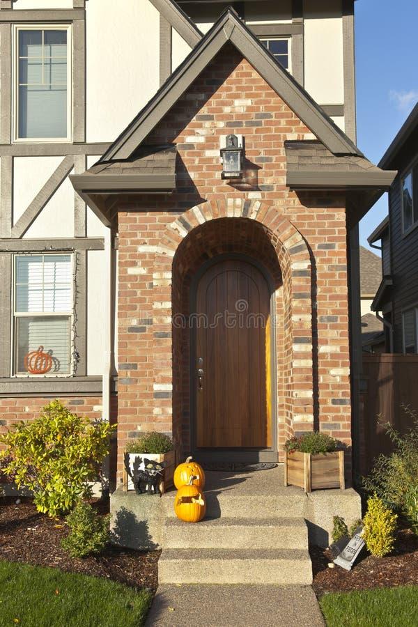 Voordeuringang en decoratie stock foto's