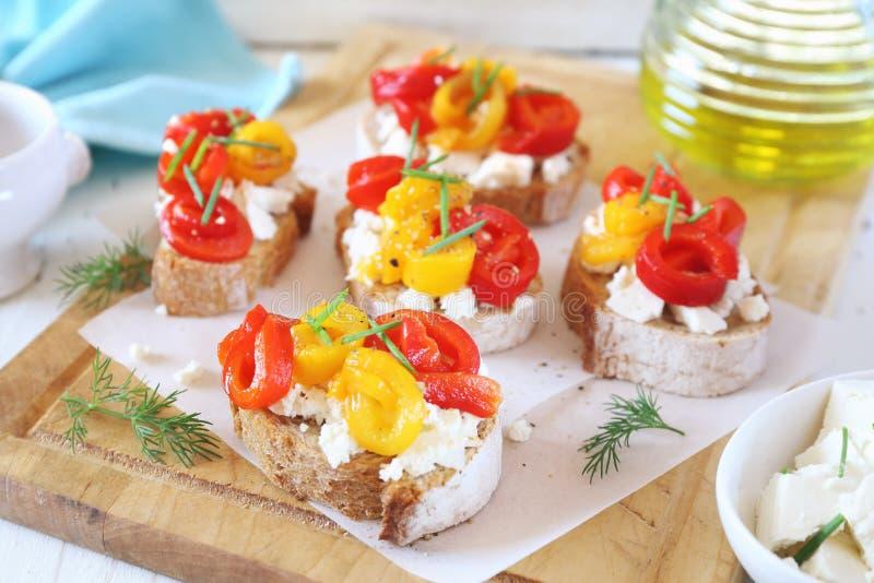 Voorgerecht Boterham, kwark en geroosterde groene paprika met olijfolie royalty-vrije stock foto's