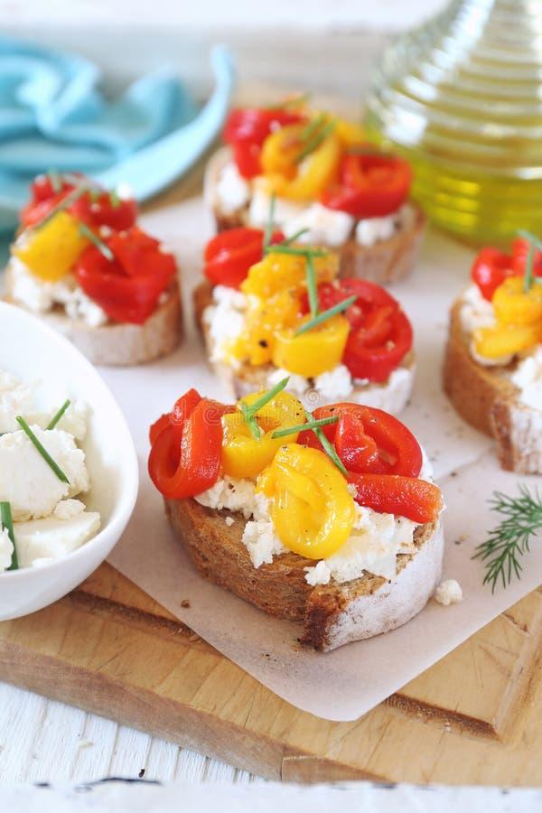 Voorgerecht Boterham, kwark en geroosterde groene paprika met olijfolie royalty-vrije stock fotografie