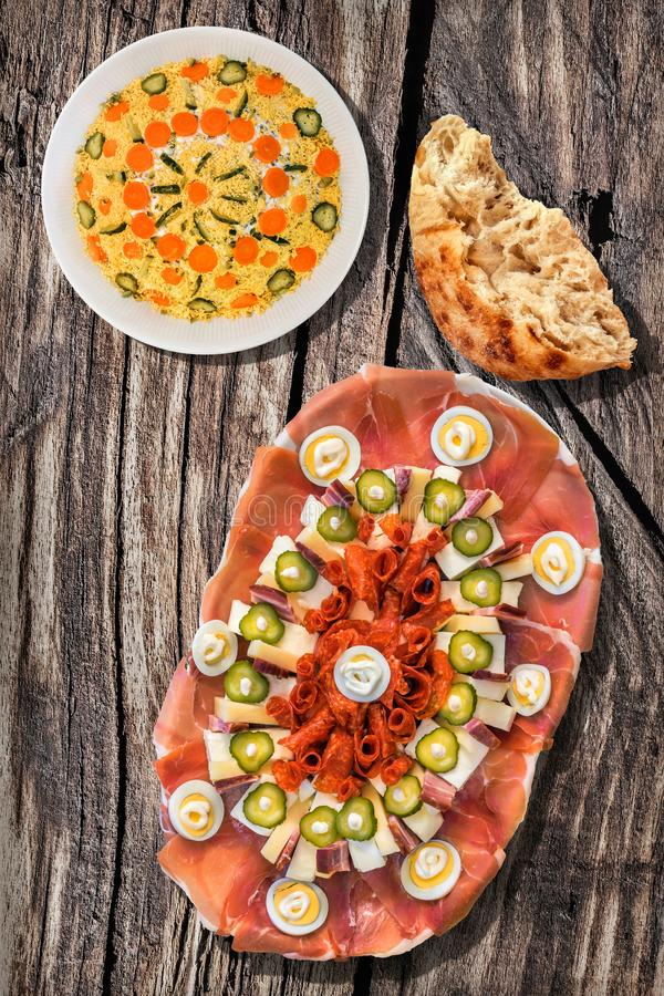 Voorgerecht Smakelijke Schotel Meze met Kom van het Gescheurde Brood van Olivier Salad And Leavened Pitta Flatbread op Oude Doors stock foto's