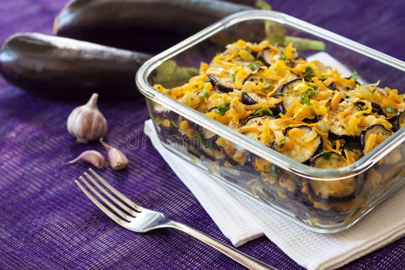Voorgerecht van gebraden en gemarineerde aubergine met ui en wortel stock afbeelding