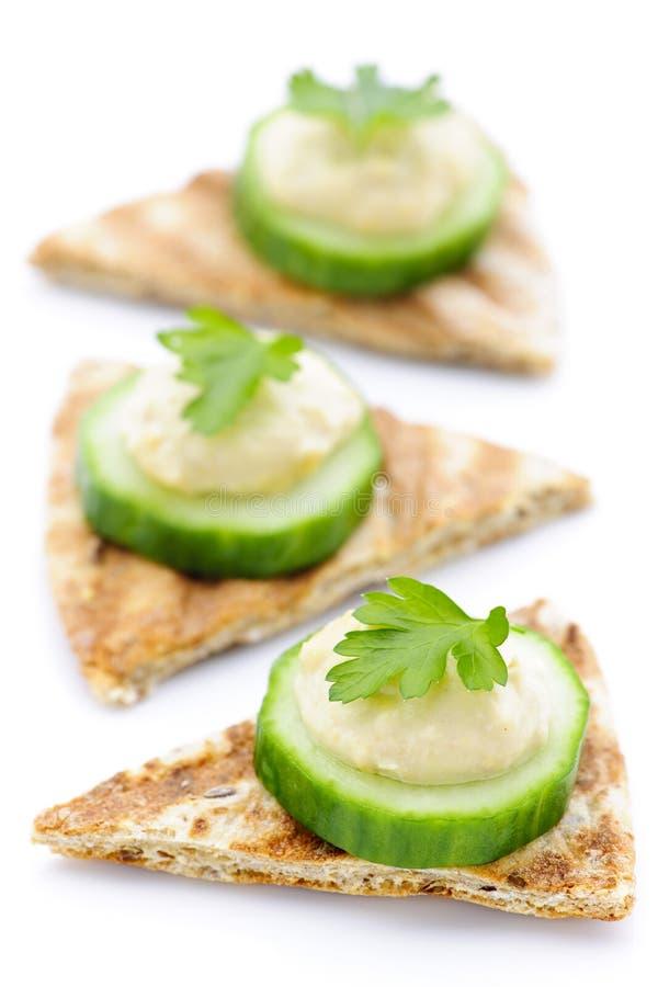 Voorgerecht van pitabroodje met hummus en komkommer stock foto's