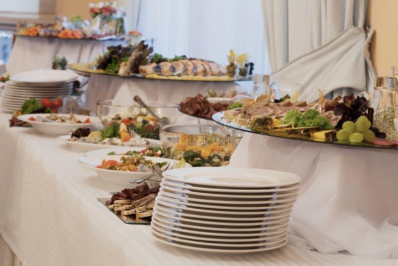 Voorgerechten en salades op buffet royalty-vrije stock foto's