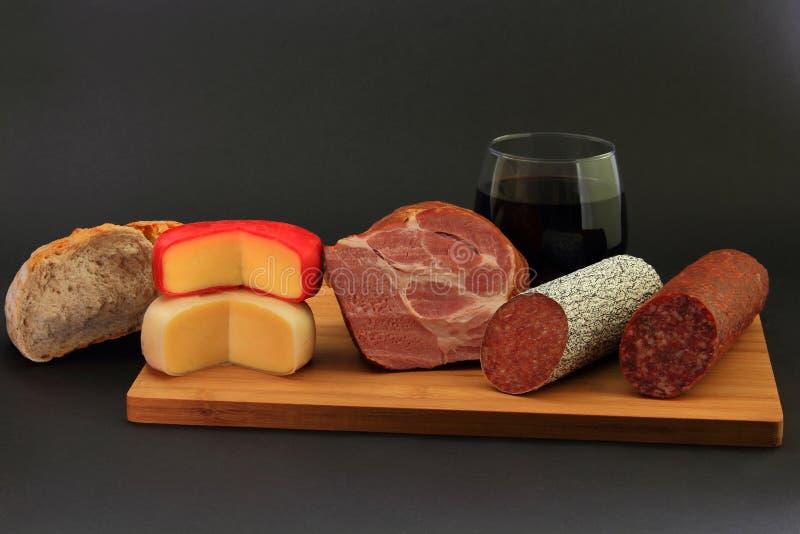 Voorgerechten, Kaas, Brood en Rode wijn stock afbeelding