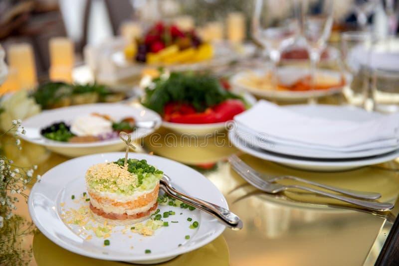 Voorgerechten op vleespennen, desserts Fruit smoothie salades snacks buffet stock foto's