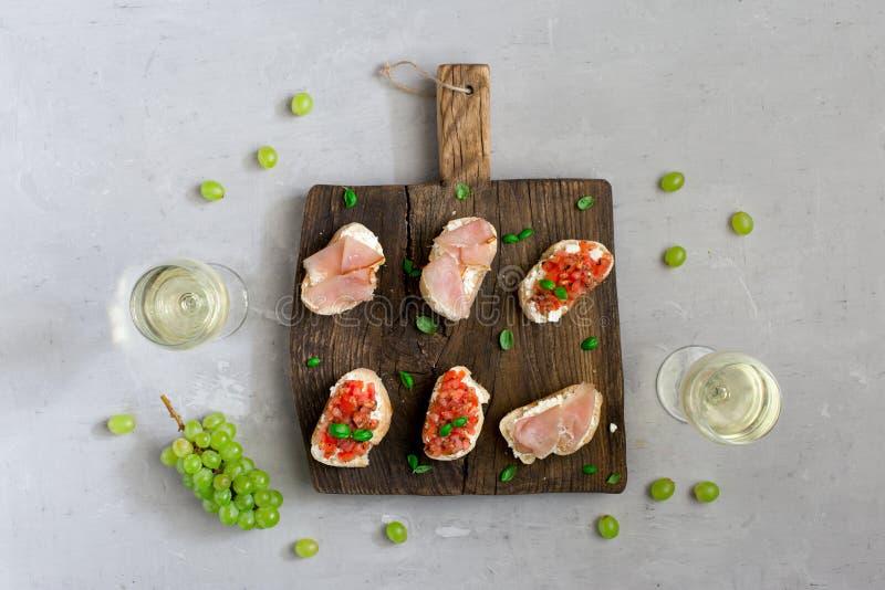Voorgerechten voor wijn op houten raad met witte wijn royalty-vrije stock afbeeldingen