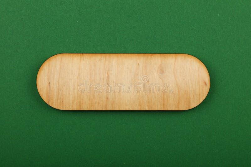 Voorgesteld gestalte gegeven houten teken op groene achtergrond royalty-vrije stock foto