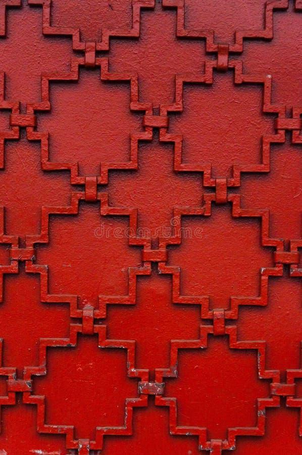 Voorgesteld ornament op een metaalpoort, voor een achtergrond of textuurrood royalty-vrije stock foto