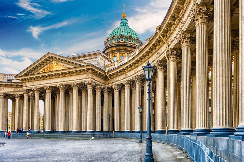 Voorgevel en colonnade van Kazan Kathedraal in St. Petersburg, Russi royalty-vrije stock foto