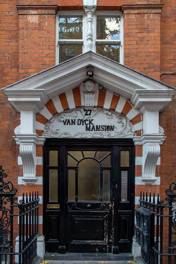 Voorgevel en typische deur bij de historische bouw in Londen royalty-vrije stock afbeeldingen