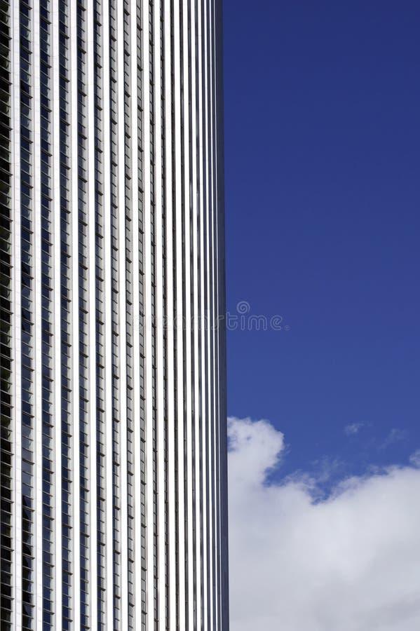 Voorgevel en wolken stock foto