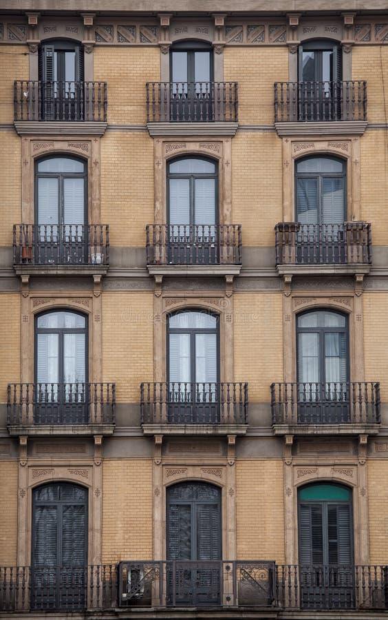 Voorgevel met vensters en balkons, de historische bouw De stad van Barcelona spanje royalty-vrije stock afbeeldingen