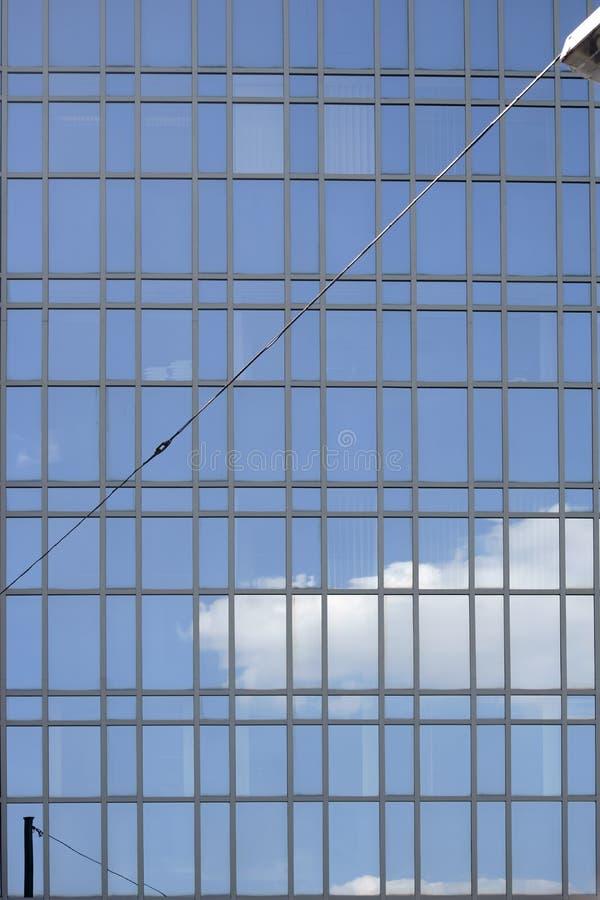 Voorgevel met wolkenbezinningen royalty-vrije stock fotografie