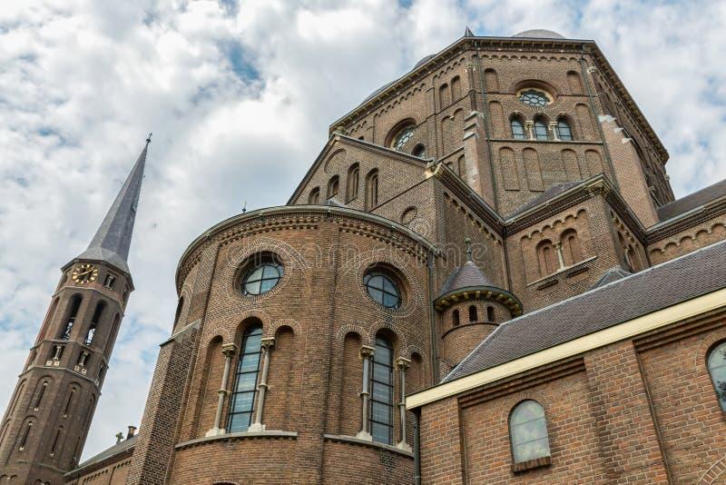 Voorgevel Nederlandse kerk met vensters en torens stock foto