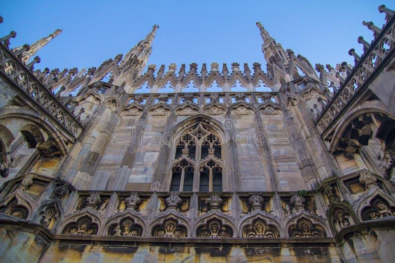 Voorgevel, standbeelden en decoratieve elementen op het dak van Duomo in Milaan royalty-vrije stock foto