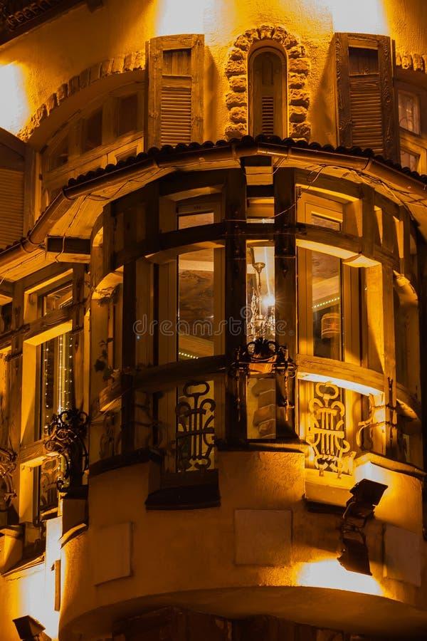 Voorgevel van blokhuis met de grote oude stad van vensterskaders in de avond tijd royalty-vrije stock afbeelding