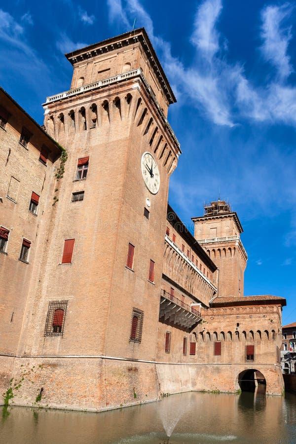 Voorgevel van Castello Estense in Ferrara in zonnige dag royalty-vrije stock foto