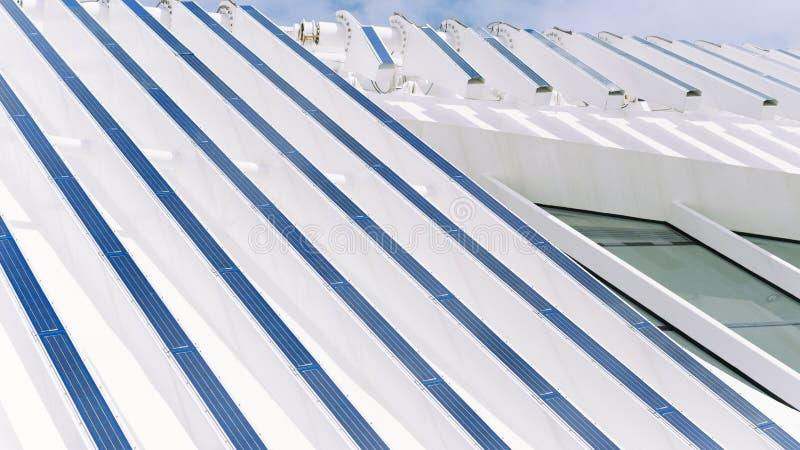 Voorgevel van de bouw met photovoltaic platen royalty-vrije stock afbeelding